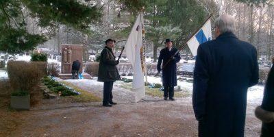 Leijonien klubipresidentti laskee seppelettä sankarivainajien muistomerkille
